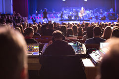 Soundman που λειτουργεί στην κονσόλα μίξης Στοκ εικόνες με δικαίωμα ελεύθερης χρήσης