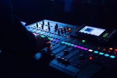 Soundman работая на смешивая консоли Стоковые Изображения