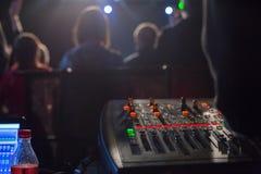 Soundman работая на смешивая консоли Стоковая Фотография RF