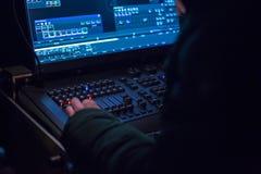 Soundman работая на смешивая консоли Стоковая Фотография