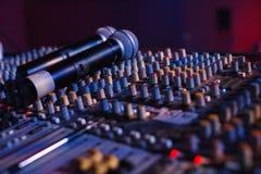 Soundman работая на смешивая консоли в концертном зале Стоковая Фотография