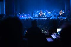 Soundman работая на смешивая консоли Стоковые Фотографии RF