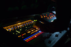 Soundman работая на смешивая консоли Стоковые Фото