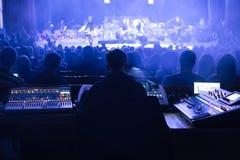 Soundman работая на смешивая консоли Стоковое Фото