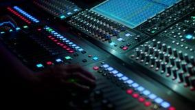 Soundman que trabaja en la consola de mezcla imagen de archivo libre de regalías