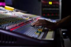 Soundman que trabaja en la consola de mezcla. fotos de archivo