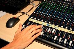 Soundman que trabaja en mezcladora de audio foto de archivo libre de regalías