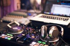 Soundmixer brzmi pulpit operatora z komputerem i hełmofonami w przedpolu obraz stock