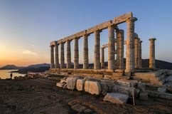 Sounion Attica, Grecja,/: Kolorowy zmierzch przy przylądkiem Sounion i ruiny świątynia Poseidon zdjęcia royalty free