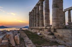 Sounion, Attika/Griechenland: Bunter Sonnenuntergang am Kap Sounion mit dem Tempel von Poseidon Gott des Meeres, Erdbeben stockfotografie