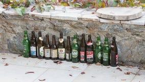 Sounion, Griekenland - Oktober 25, 2017; Rij van verschillende bieren, bier Royalty-vrije Stock Afbeeldingen