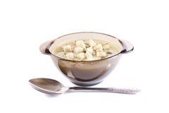 Soup för potatisostkräm i ett exponeringsglas pläterar Arkivfoton