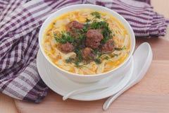 Soup med meatballs och nudlar Royaltyfri Bild