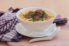 Soup med meatballs och nudlar arkivfoton