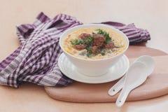 Soup med meatballs och nudlar arkivfoto