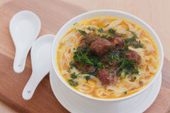 Soup med meatballs och nudlar arkivbilder