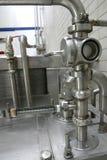 Soupapes dans l'usine de laiterie photo stock