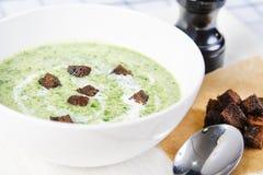 Soupe à épinards avec des croûtons Photos stock