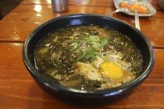 Soupe à algue avec l'oeuf Photographie stock