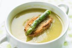 Soupe à asperge dans une cuvette blanche avec la tranche de pain et l'asperge Photographie stock libre de droits