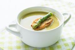 Soupe à asperge dans une cuvette blanche avec la tranche de pain et l'asperge Photo stock