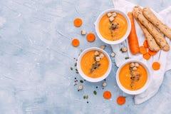 Soupe à carotte dans des cuvettes Vue supérieure photographie stock libre de droits