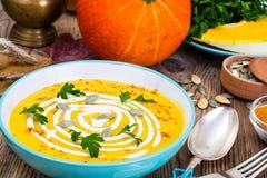 Soupe à carotte de potiron avec les graines et le cari de citrouille et frais épicés Image stock