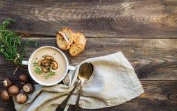 Soupe à champignons crémeuse avec des champignons de paris photo stock
