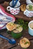 Soupe à champignons crémeuse dans des tasses rustiques images stock