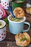 Soupe à champignons crémeuse dans des tasses rustiques photographie stock libre de droits