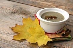 Soupe à champignons dans une cuvette blanche Image stock