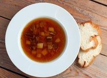 Soupe à champignons dans une cuvette blanche Photos stock