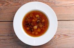 Soupe à champignons dans une cuvette blanche Photo libre de droits