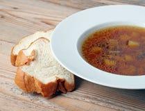 Soupe à champignons dans une cuvette blanche Photo stock