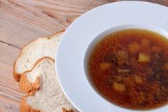 Soupe à champignons dans une cuvette blanche Images libres de droits