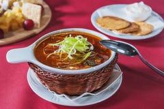 Soupe à chou dans un plat en osier avec des biscuits Image libre de droits