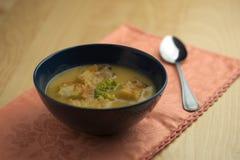 Soupe à chou-fleur avec la cuillère Photo stock