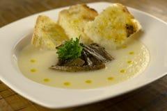 Soupe à chou-fleur avec les champignons et le pain grillé Photo stock