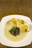 Soupe à chou-fleur avec les champignons et le pain grillé Photographie stock libre de droits