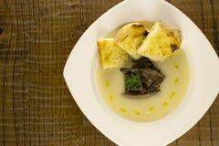 Soupe à chou-fleur avec les champignons et le pain grillé Image stock