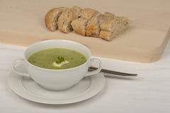 Soupe à courgette avec de la crème et le persil Images libres de droits