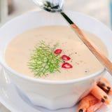 Soupe à crème de crevette de fromage dans une cuvette blanche Image stock