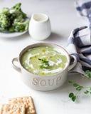 Soupe à crème de pois avec du pain photos libres de droits