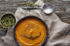 Soupe à crème de potiron dans une vaisselle foncée Images libres de droits