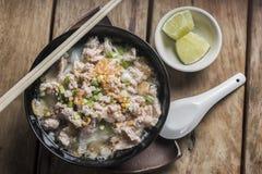 Soupe à espace libre de nouille de riz blanc avec du porc Photos libres de droits
