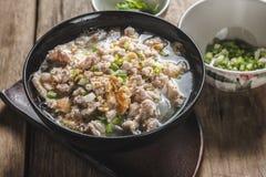 Soupe à espace libre de nouille de riz blanc avec du porc Photographie stock