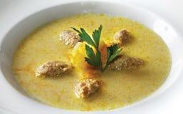 Soupe à fromage avec des boulettes de viande de poulet Photo stock