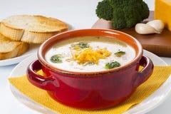 Soupe à fromage de brocoli et de cheddar images libres de droits