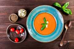 Soupe à gazpacho de tomate avec le basilic, le feta, la glace et le pain sur le fond en bois foncé, cuisine espagnole Ingrédients Image stock
