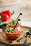 Soupe à gazpacho de tomate dans des deux tasses en verre Image libre de droits